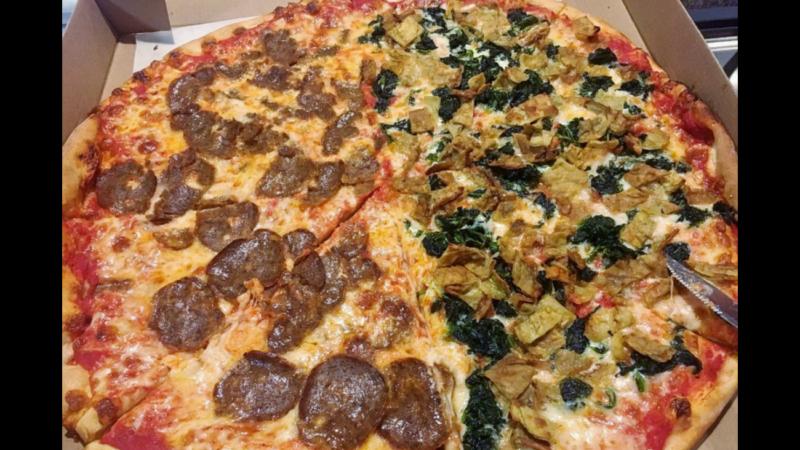 La pizza di Amici Pizzeria a Peekskill